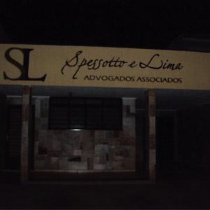 A parede de pedras do escritório sobressai na escura noite de Ribeirão Preto/SP.