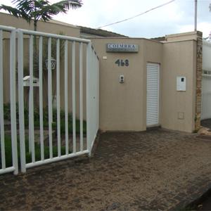 Por meio das grades, um gracioso jardim embeleza a frente do escritório mineiro de Uberlândia/MG.