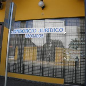 Atrás da grande porta de vidro, a grade e a cortina protegem o interior da banca de Santa Cruz de la Sierra/Bolívia.
