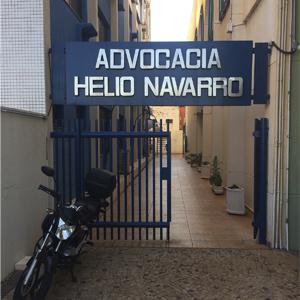 No início do extenso corredor, a placa indica o escritório na cidade do rodeio, Barretos/SP.