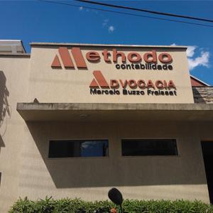 O volumoso canteiro colore a frente do escritório de Mococa/SP.