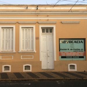 O antigo e o moderno contrastam-se no casarão amarelo do escritório em Rio Claro/SP.