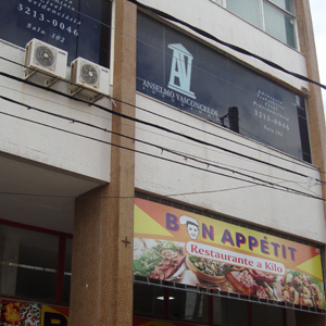 O vidro fumê e o ar condicionado refrescam o ambiente da banca nordestina de Aracaju/SE.