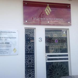 Na capital Natureza, Rio Branco/AC, desenhos de flores enfeitam a entrada do escritório.