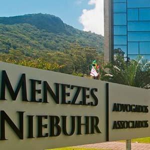 As montanhas e a natureza exuberante fazem da fachada de Florianópolis/SC um lindo cartão postal.