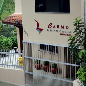 No quintal, o verde do pequeno pomar alegra a vista da fachada do escritório de Gaspar/SC.