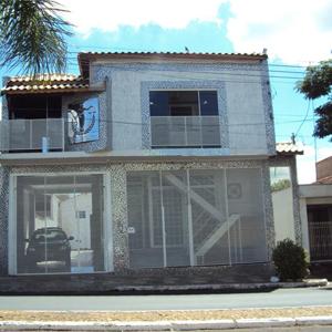 Na terra da cerâmica, Porto Ferreira/SP, grades horizontais protegem o escritório, que tem em sua fachada uma grande placa metalizada da Deusa Thêmis.