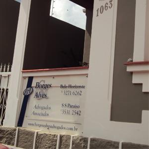 Debaixo do alpendre da antiga casa de São Sebastião do Paraíso/MG, uma placa acrílica exibe os dados do escritório.