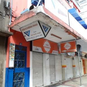 O trio de cores - branco, azul e laranja - realça a fachada de Juiz de Fora/MG.