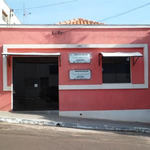 A banca de paredes em vermelho com faixas branca chama atenção na rua íngreme de Pacaembu/SP.