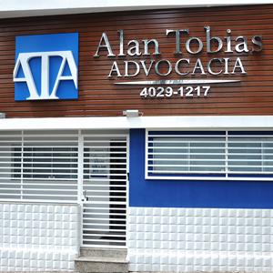 A fachada da banca de Salto/SP é realçada pelos revestimentos de madeira e 3D, conferindo elegância ao escritório.