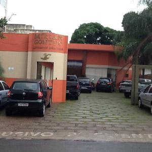 O amplo estacionamento é destaque no escritório de Patos de Minas.