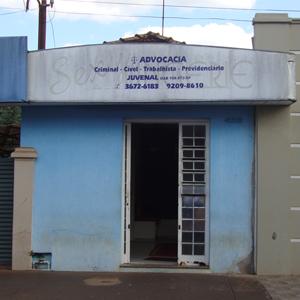 Na pacata Santa Cruz das Palmeiras/SP, o escritório de tom azulado contrasta com o aberto céu paulista.