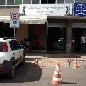 Na movimentada rua de Sobradinho/DF, os cones demarcam a vaga de estacionamento do escritório.
