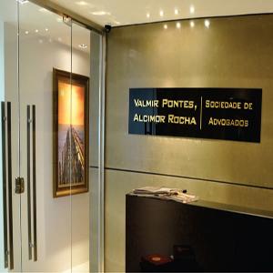 A placa com letras douradas identifica a entrada do escritório em Fortaleza/CE.