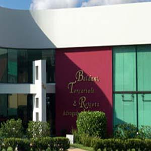 O arquitetado jardim decora a frente do escritório de Assis/SP.