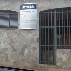 A placa metálica se destaca na parede de ardósia do escritório de Cravinhos/SP.