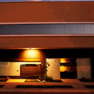 No entardecer mato-grossense, um jogo de luz e sombras realça a fachada de Sinop.