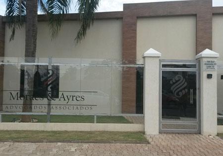 Localizado no centro de Palmas/TO, o escritório é marcado pelo imponente símbolo estampado em sua fachada representando a banca.