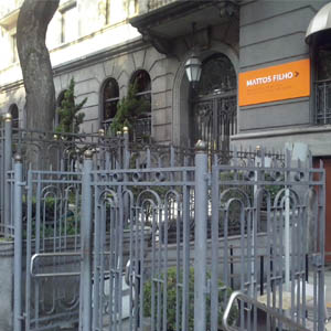 Os traços arquitetônicos realçam o elegante escritório de São Paulo/SP.