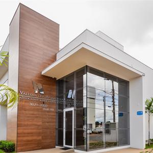 A arquitetura contemporânea e o paisagismo natural realçam o visual do escritório de Várzea Grande/MT.