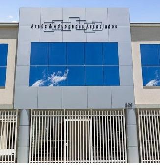 A vidraça do escritório reflete o céu azulado de Curitiba/PR.