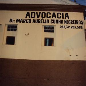 A construção antiga abriga o escritório de cores harmônicas da pequena Ipuã, interior de São Paulo.