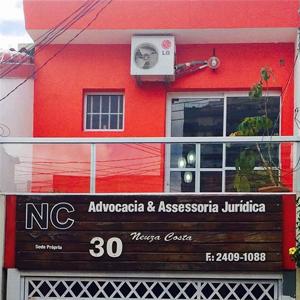 Com a combinação da cor vermelha e a sacada de vidro, a banca de Guarulhos/SP chama a atenção pela moderna palheta de cores.